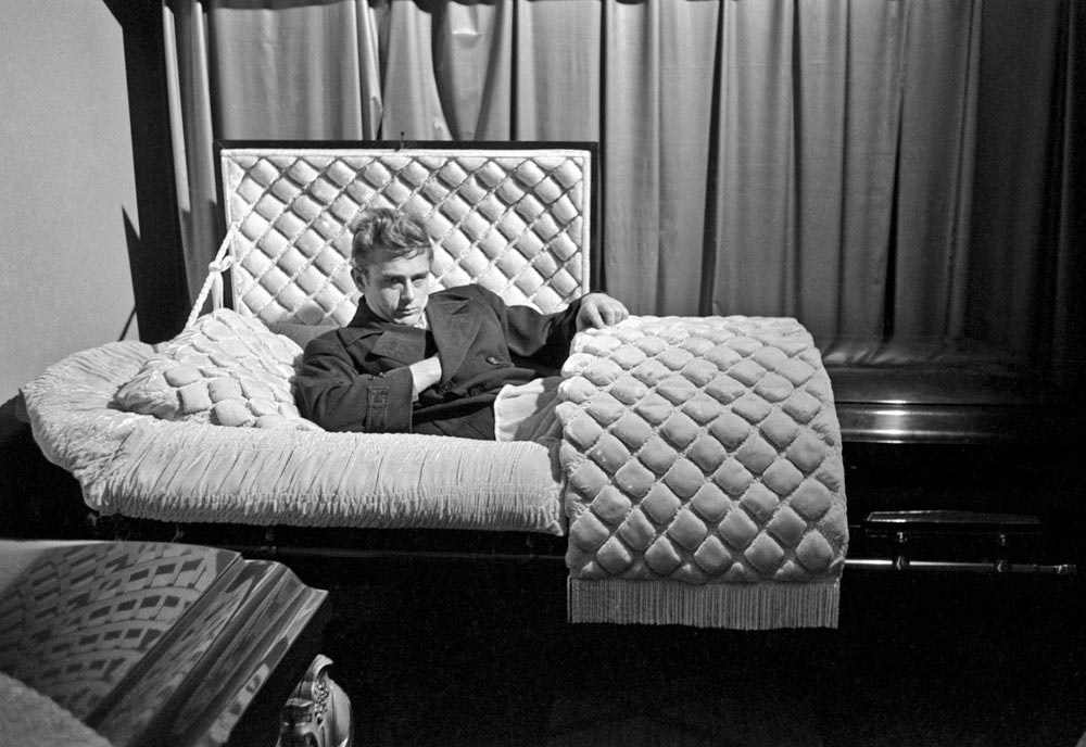 <p><em>James Dean</em>, Fairmount, Indiana, USA, 1955 © Dennis Stock / Magnum Photos</p> - Vampirs. L'evolució del mite - CaixaForum Barcelona